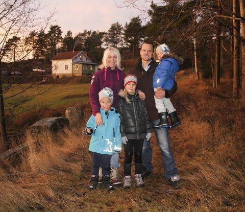 IDYLL: Her ser du familien Holt utenfor «himmelriket» sitt. Bak fra venstre: Tanja Holt (38), Paul-Martin Holt (38), sammen med barna Joel (3), Benjamin (5) og Naomi (8). Denne gården har familien eid i seks år. Alle foto: Joachim Constantin Høyer