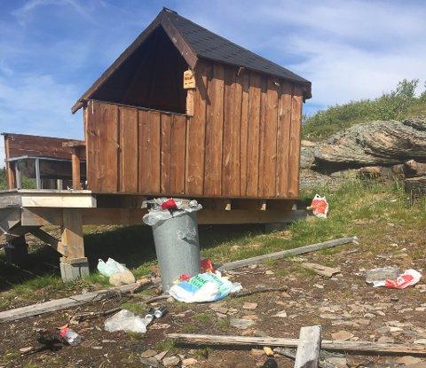 SVINESTI: Området rundt gapahuken ved Fossen i Vadsø var strødd med søppel.