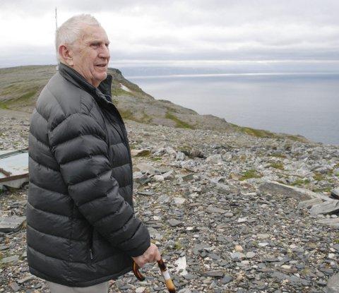 MANGE MINNER: Harald oppe på fjellet ved sin tidligere arbeidsplass i Sjøforsvaret ved Berlevåg. Han skuer over Tanafjorden mot Finnkongkjeila og Gamvik. Derfra har han mange minner.