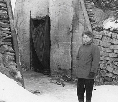 """Utsnitt av omslagsillustrasjonen til Orkana forlags utgivelse """"Hvem var skyldig? Sabotasjen på Bardufoss 1950""""."""