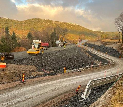 ASFALTERING: Natt til fredag skal fylkesveg 17 på Sjøåsen klargjøres for asfaltering, og vegen stenges dermed i perioder.