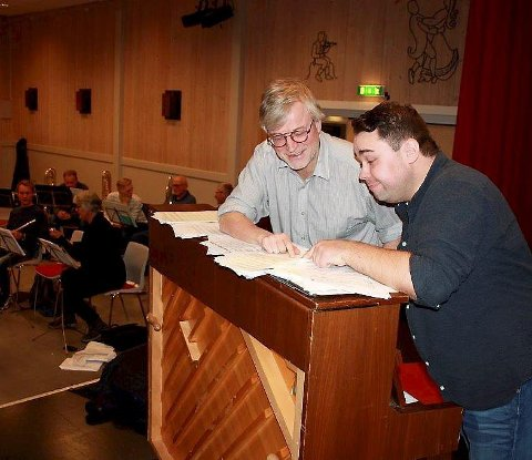 Pianist: Gøsta Saastad (tv) deltar på konserten som pianist. Her sammen med dirigent Otta musikkforening og musikalsk leder, Per Kristian Syversen.Foto: Privat.