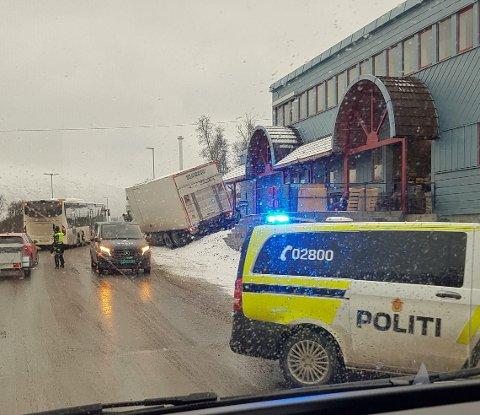 SKJEVT UT: Lastebilen kom skjevt ut da den rygget inn mot en rampe og sperrer nå deler av Ringvegen.