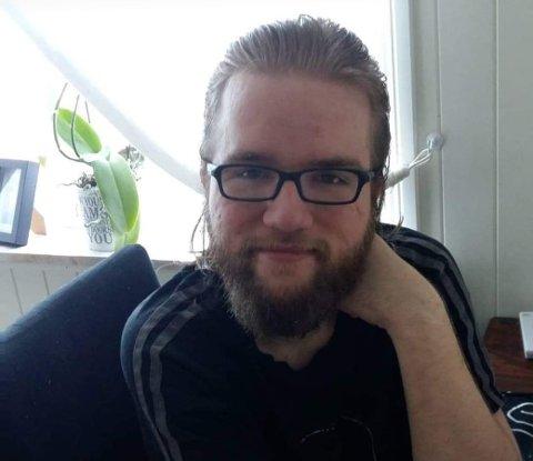 DIKT OM PSYKISK HELSE: Stian Koxvig fra Raufoss har asperger syndrom og skriver dikt om følelsene og tankene sine som en terapi. Nylig gav han ut diktsamling.