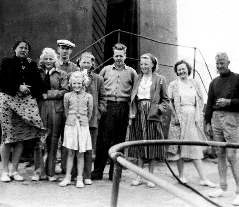 Mange gjester: Her står familien Hansen sammen med besøkende på fyret. Mange ville selvsagt opp i det høye fyrtårnet. Foto: Privat