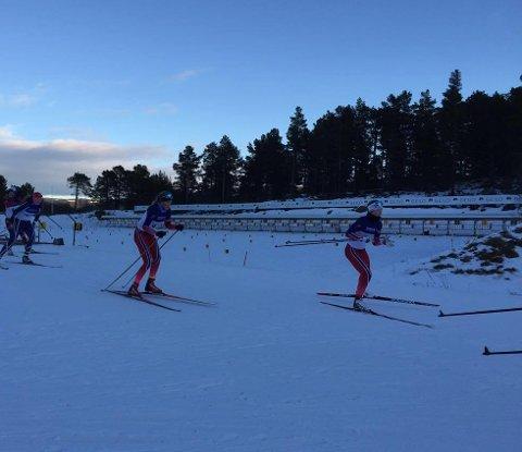 Endelig i gang: Tuva Aas Stræte på vei ut fra skyting på fellesstarten. Hun har hatt en god treningsperiode i sommer og i høst. Foto: Kjersti Stræte