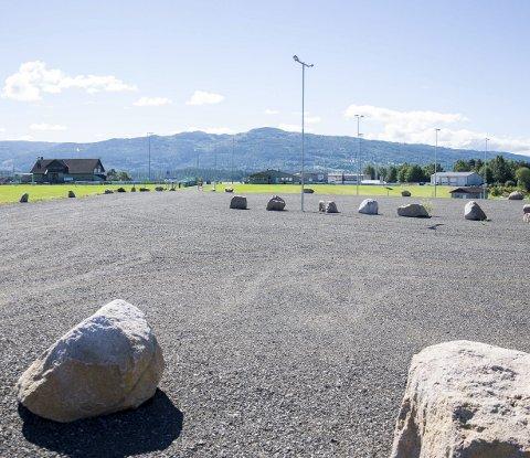 Her er parkeringsplassen du skal bruke når du skal til fotball- eller kunstisanleggene på Jevnaker stadion. Innkjøring er fra Bergerbakkveien.