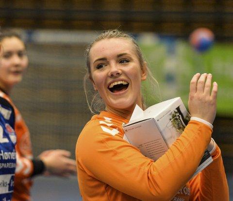 Banens beste: Caroline Gruer jubler etter kampen mot Bravo i Hønefoss Arena. Caroline var sitt lags beste spiller, og mottar her både synlig og ikke synlig hyllest for innsatsen.