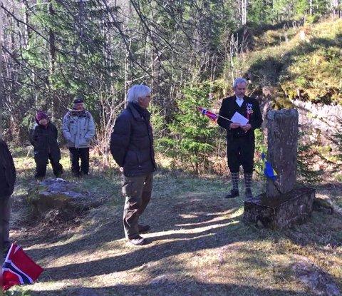 Tidligere ordfører Per Berger holder tale i Tavleskaret, mens historielagets leder, Bjørn Geirr Harsson, står ved siden av.