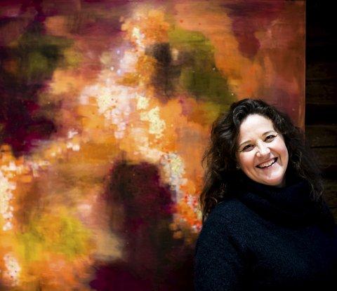Livets maleri: – Jeg maler for å koble ut tankene mine; det er en form for stressmestring, sier Sissel Hovden (47), opprinnelig fra Rælingen. Her foran bildet «Livskraften og skyggen», som hun tror skal få en ny tittel.Begge Foto: Lisbeth Lund Andresen