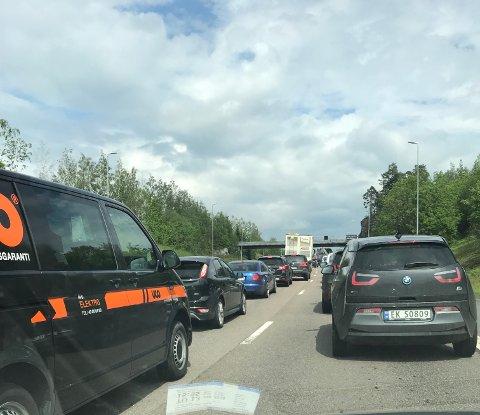 På Lørenskogsida fører bilbrannen i tunnelen til full stand på riksvei 159.