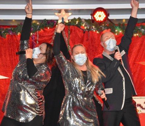 JA DET BLIR SHOW OG NEI DET BLIR IKKE MASKERADE! Dorina Eldøy-Iversen, Mari Dodd Kjølstad og Simon Andersen er hoppende glade over at de slipper å tenke på restriksjoner og smittevern under årets juleshow på Pir4. FOTO: Vibeke Bjerkaas