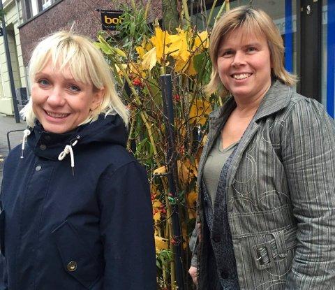 PYNTET: Regine Hansen og Føbe Edvardsen kan ønske HalloVenn-deltakerne velkommen til en pyntet by.