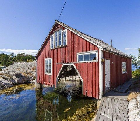 RUSTES OSS: Kjøperen av båthuset i Skiensund, Geir Sæther fra Asker, har vært rask med å fremme søknad om opprusting og oppgradering av eiendommen. Foto: Krogsveen AS
