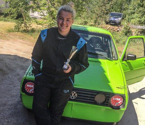 Ellen Marie Helleberg Drøbak med karrierens første pokal - vunnet i bilcross.