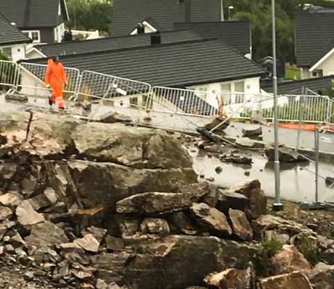 Et sprengningsuhell førte til at stein havnet i veibanen og ødela et anleggsgjerde på Draget i Kristiansund.