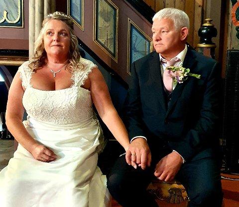 Kerry Jeffries og Johnny Eriksen ble gift i Frei kirke sist lørdag. Bryllupet var planlagt til april i år, men var da umulig å gjennomføre. I stedet ble det en annerledes og fin feiring nå i august.