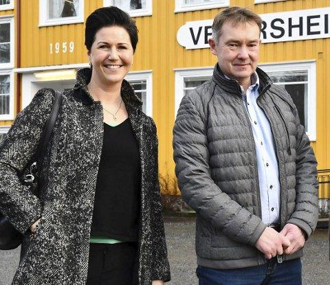 Store planer: Edith Somdal (t.h.) er leder for Vegår videregående skole AS, som planlegger å starte på Mauråsen i 2021. Her er hun sammen med eieren av Mauråsen-bygget, Olav Aas. Arkivfoto
