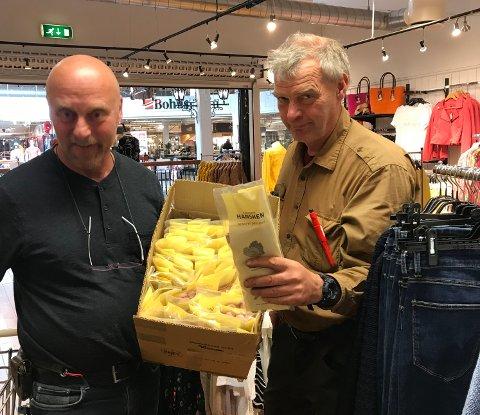 Bård Slette med partiet med hansker han har kjøpt fra Bjørn Nythun på Jutul.