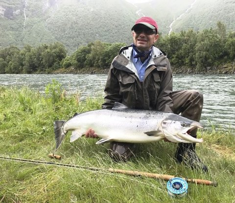 Hovenøran: Andreas Bender med sin laks på 17 kilo, tatt på flue på Hovenøran 20. juni.Foto: Privat