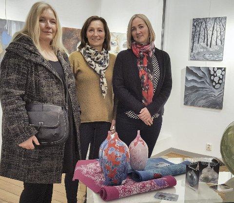 Kunstlaget: Sunndal kunstlag har medlemsutstilling i november. Her er Hilde Furre (t.v.), Mona Johansen Sætervik og Aud Thevik Gustavsen fra utstillinga i 2017.Arkiv