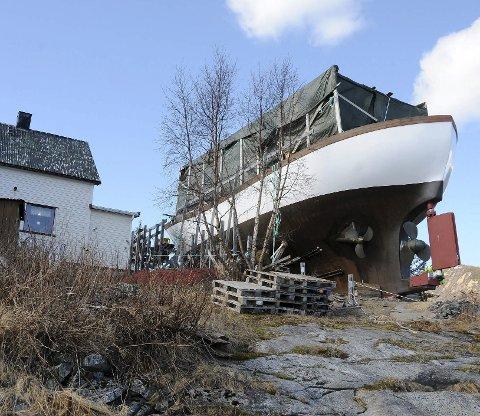 Snart sjøklar: Kjempebåten som bygges i en hage i Hamarøy er snart klar til å settes på sjøen. Foto: Øyvind A. Olsen