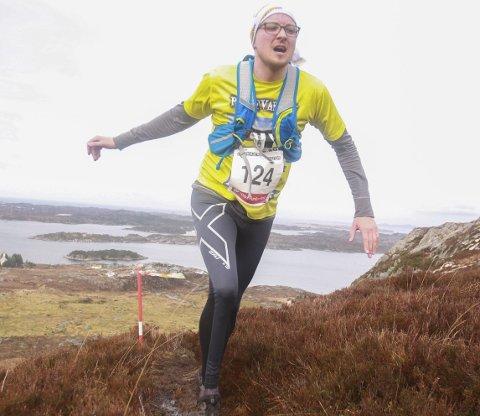 Arrangør Trond Spurkeland vil gjøre motbakkeløp mer folkelig. Her er han selv i aksjon lørdag. Han arrangerer Piltevarden Motbakkeløp sammen med Kristin Mjanger.
