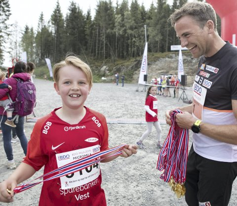Medalje: Brann-supporter Brede Graue Lerøy (9 år) fikk utdelt sin medalje av trønderen og skilandslagets Niklas Dyrhaug etter godt gjennomført Minimila på 5 km.