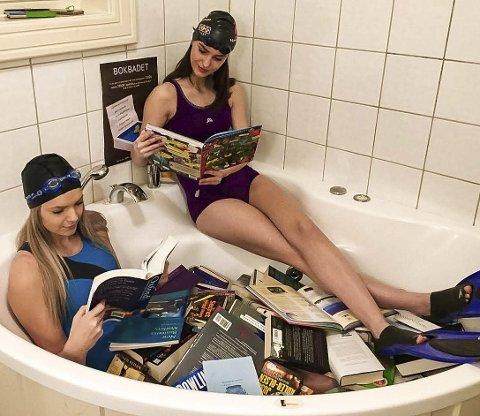 GODT BAD: Når det skal arrangeres bokbad på Rosthaug, er det mange forberedelser som skal gjøres, blant annet slike markedsføringsstunt som Lise Sønsterud Svarteberg og Ingebjørg Flaata Bjaaland gjør her.