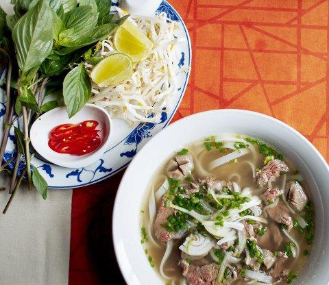NASJONALRETT: En av stedets mange spesialiteter er pho med biffkjøtt og grønnsaker. Stor porsjon til lunsj, større til middag.