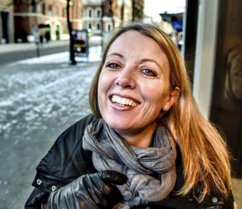 Typisk drammenser: – En drammenser er en som er glad i byen sin, som heier på Godset (men ikke nødvendigvis går på fotballkamp) og som foretrekker Aass fremfor andre merker, sier Nina Widerøe. Foto: Sven-Erik Røed