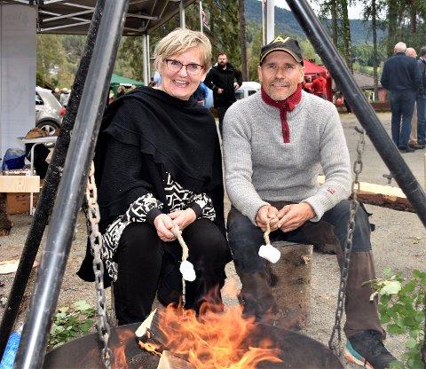 IDÉMAKEREN: Bitte Olstad fikk det meste som kan krype og gå av frivillige foreninger til å samles på Villa Fridheim. Her er det bålkos sammen med Steinar Skinnes. Han er leder av Krødsherad og Modum Skogeierlag, som har 400 medlemmer.
