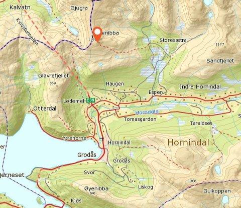 BLIR HENTA: Skadd skiløpar blir henta av redningshelikopter på Høgenibba i Hornindal.