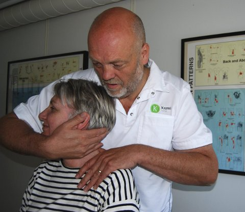 Etter seks måneder: Gøril Eilertsen kunn eknapt snu hodet mot siden da hun startet behandlingen hos Bent Brask.  – Nå kan jeg begynne å trene litt igjen, sier 55-åringen.