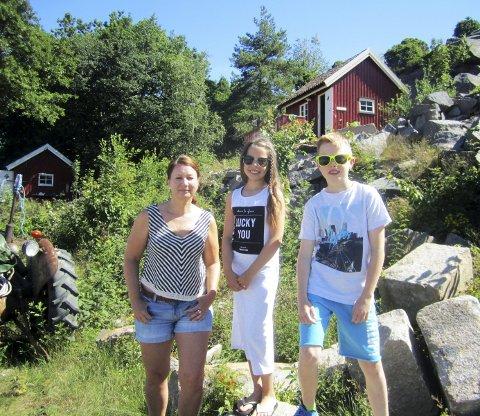 Fornøyd med hytta:         Cecilie Jogert og barna Julie Jogert Stenskrog (10) og Viktor Jogert Stenskrog (12). Bak til høyre sees den nye hytta de har leid. alle foto tore tindlund