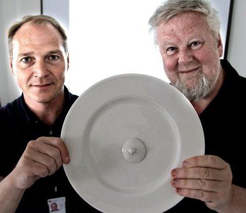 2011: Prosjektdirektør for det nye Østfold-sykehuset, Tore Dag Olsen ( t.v) og Jens Hauglin, er glade for at kunstverket «Det første måltid» får sin plass på Kalnes. En tallerken og en brystvorte visualiserer symbolikken i kunstverket som består av tre marmorplater.