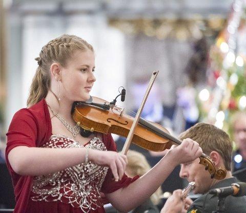 Dyktig: Jenny Aalborg var med i kirkeparaden og julekonserten i Vinger garnisonskirke for første gang. Bilder: Jens Haugen