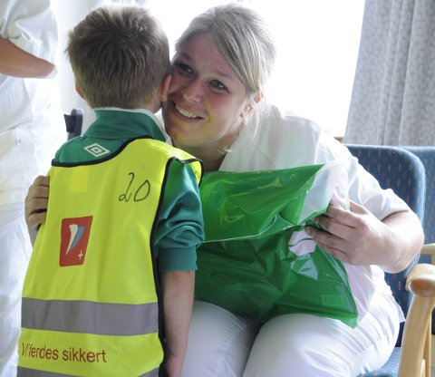 På fødeavdelingen: Ni heldige barn i Tjura barnehage fikk reise til fødeavdelingen ved Kongsvinger sjukehus. Lin Helen Bråten Eliassen tar i mot gaven.