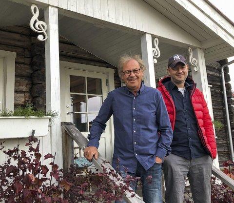 Bønder og musikere: Far og sønn Welo på verandaen – legg merke til g-nøklene som utsmykking.bilder: kari Gjerstadberget