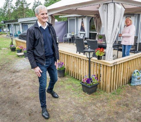 POLITIKERCAMPING: Jonas Gahr Støre hadde sans for hvordan Arnhild Karstensen hadde det rundt plattingen og vogna si på Montebello camping.