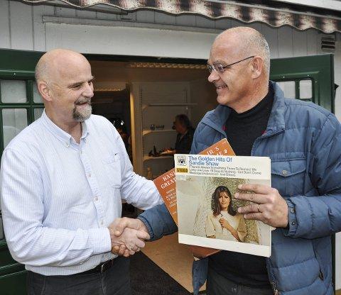 FØRSTE SALG: Jan Erik Lehre gratulerte Ulf Rogneby, som ble første kunde i butikken.