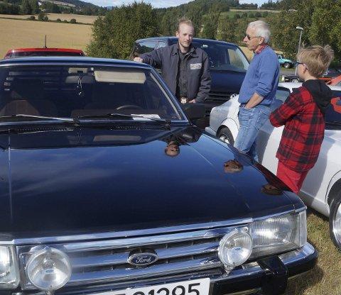 IKKE BARE AMCAR: Ford Granadaeier Richard Aurstad fra Larvik i prat om felles Ford lidenskap med tidligere Granadaeier Ragnar Wolden og sønnen, motorinteresserte Trym
