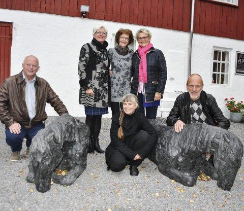 VIL BEHOLDE: Mange aktører står bak initiativet til å beholde hestene ved Glasslåven. Fra venstre: Knut Lehre, Anne Marie Hvattum, Gro Steinsland, Elin Mathisen og Amund Bø. I midten sitter kunstneren selv, Anna Widén.