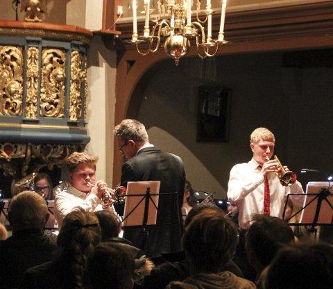 TØFFE: Thomas Nordli-Henriksen og Anders Hvalstad Nilsen sto i front da Brandbu skolekorps spilte «Pie Jesu». En manndomsprøve, kalte dirigent Arne Bilden det.