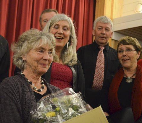 FEIRET DIRIGENTEN: Sissel Djupvik ble utnevnt til æresmedlem i Norges Korforbund Vestoppland for sine 30 år som dirigent i regionen. Karteswingen hyllet sin dirigent med egenskrevet sangtekst.