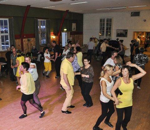 MYE FOLK: Det ble etter hvert mye folk på dansegulvet.