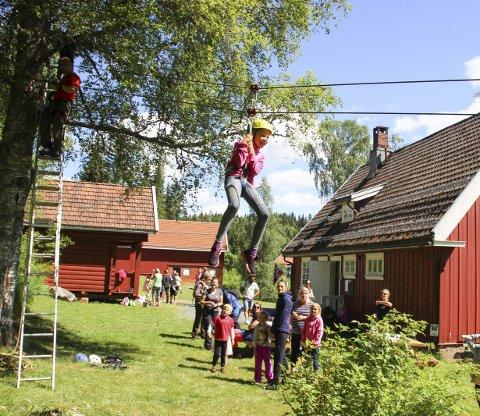 ACTION: Taubanen, der Tuva Eriksen (10) først fungerte som prøvekanin, var et populært innslag under åpningen av museet på Grua.