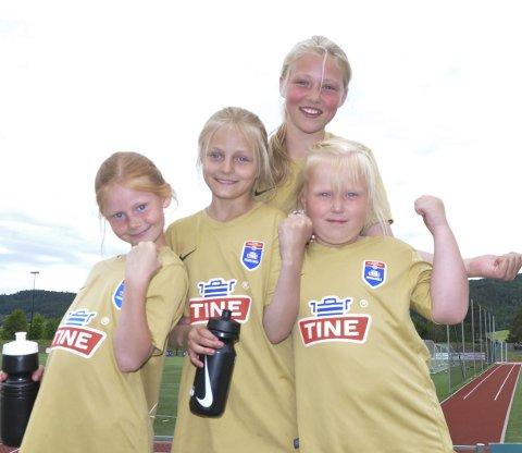 Eneste jenter: Nora Amalie Watz Stubberud (8), Ingrid Dæhlen Hagen (9), Aurora Stokk Prestkvern (11) og Thea Iversen Brenden (8) har kost seg på fotballskole sammen med gutta denne uka.
