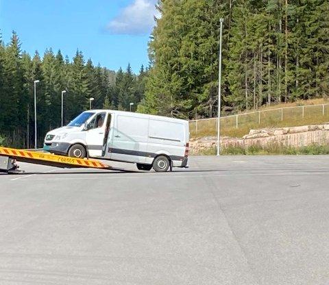 Den hvite varebilen fikk ikke lov å kjøre videre.