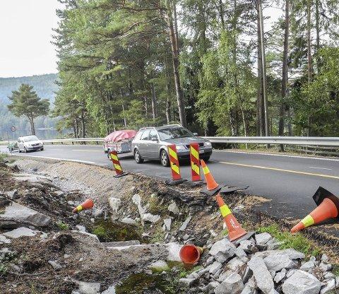 KJEGLEVIRVAR: Et grøfteproblem har ført til smalere vei, men kjeglene har blitt flyttet og veltet på fylkesvei 22.